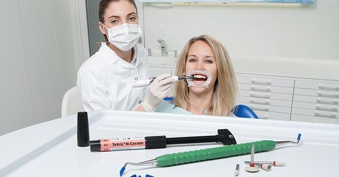 Vídeo: restauração direta de dente conóide