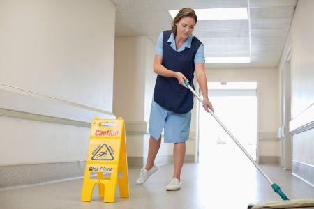 Kvinne vasker gulv