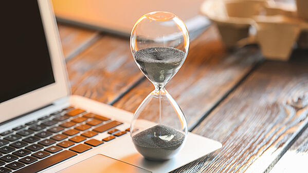 ¿Cuánto tiempo debo invertir al estudiar una licenciatura en línea?