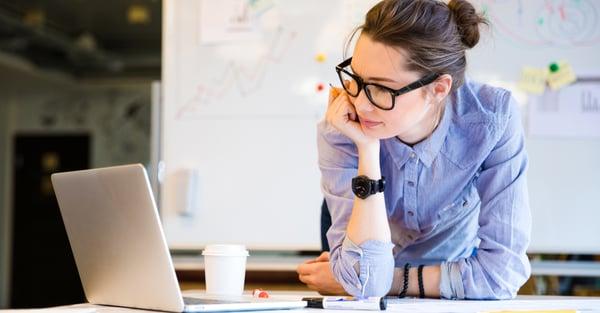 ¿Cuánto tiempo debo invertir al estudiar una maestría online?