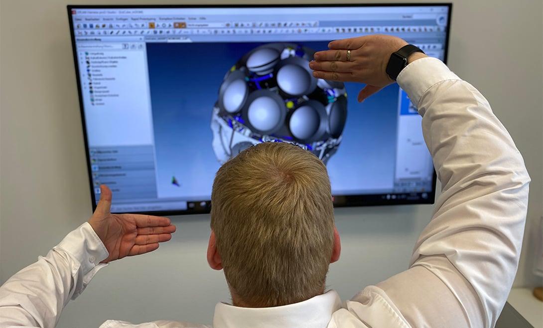Martin Richter vor einem Digital Optical Module (DOM) in Eplan Harness proD