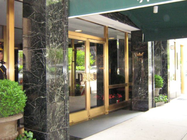 feng shui for nyc apartments understanding the main entrance. Black Bedroom Furniture Sets. Home Design Ideas