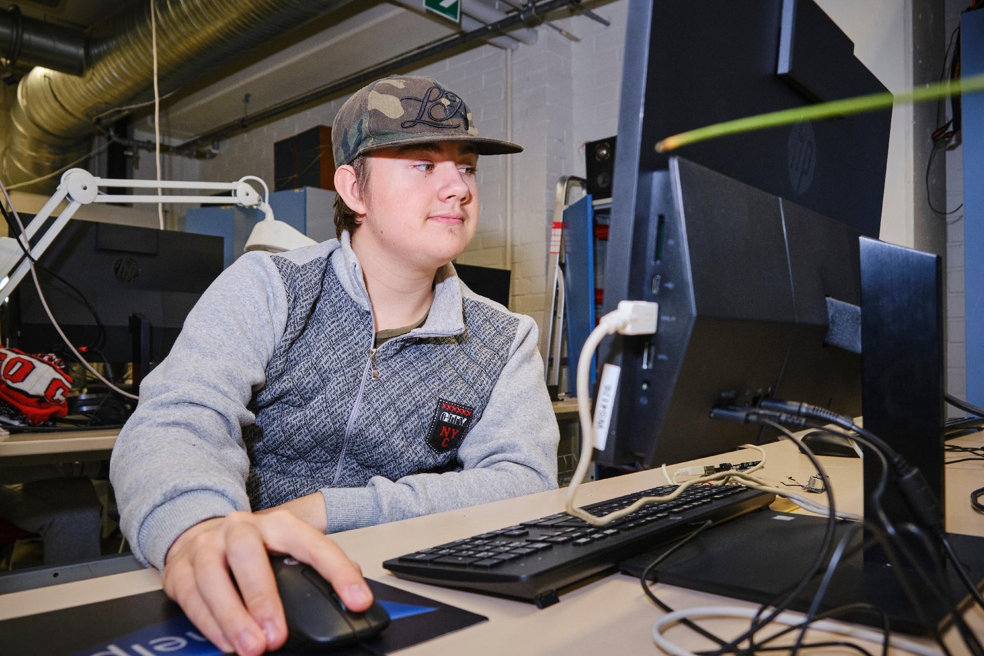 Opiskelija tietokoneella
