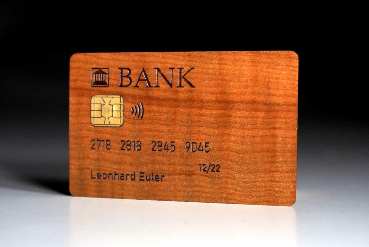 Debitkarte aus Ahorn