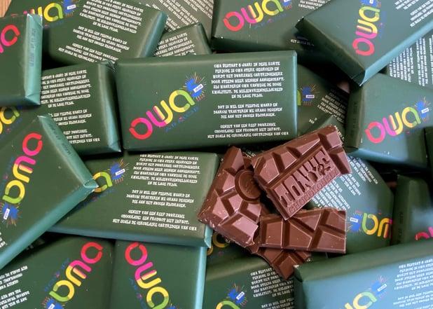OWA trakteert Tony chocoladerepen