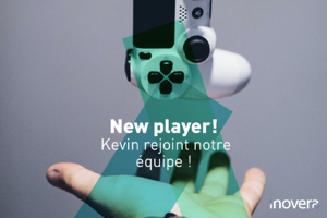 Main, manette de jeu vidéo. Texte : New player! Kevin rejoint notre équipe !