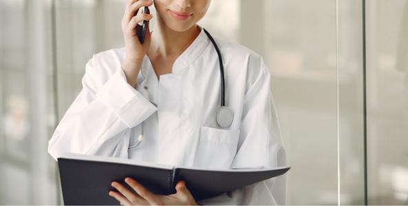 Doctora administrando un hospital