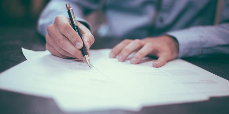 Emprendedor firmando contratos