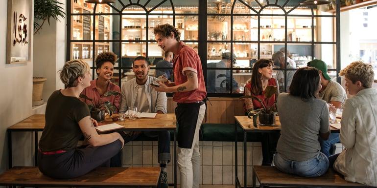 Emprendedor de la industria restaurantera atendiendo comensales