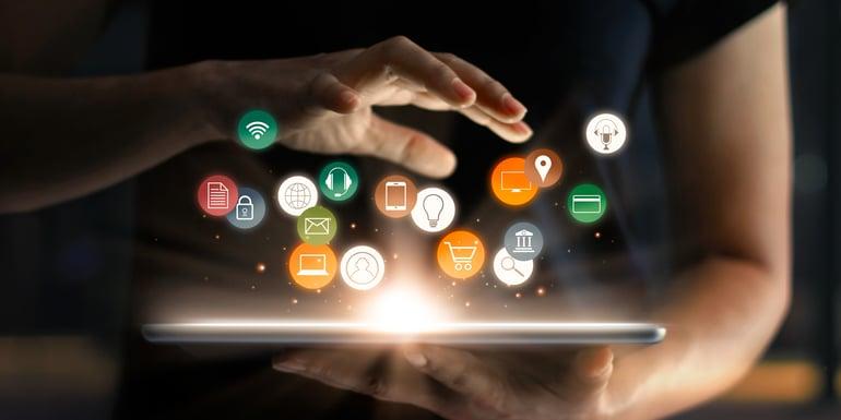 Profesionista usando una tableta electrónica