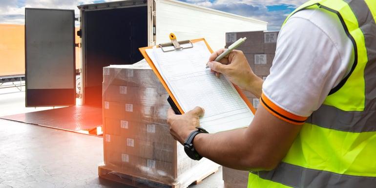 Hombre preparando el transporte de una mercancía