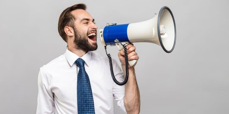 Profesionista usando un megáfono