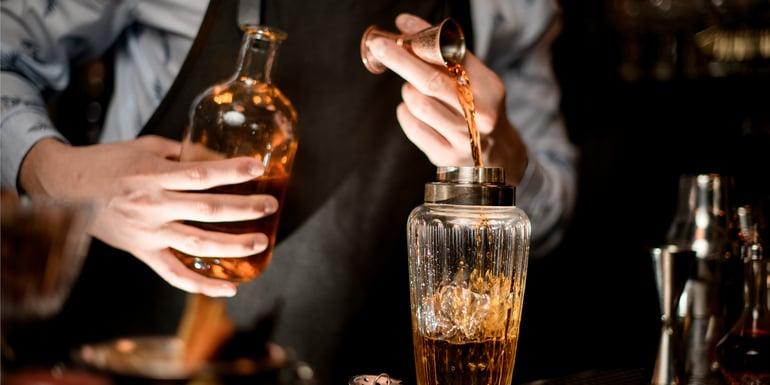 barman sirviendo una bebida