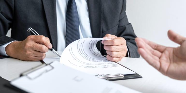 Profesionista revisando competencias laborales