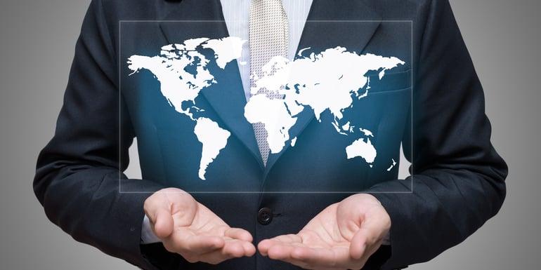 Profesionista con un mapa en del mundo sobre sus manos