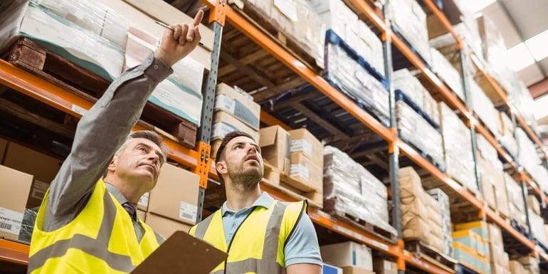 Expertos en logística analizando almacenes