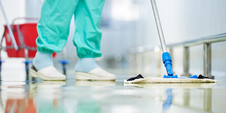 Intendente haciendo la limpieza de un hospital