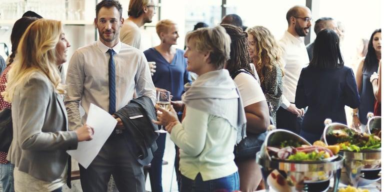 Profesionistas en un evento empresarial