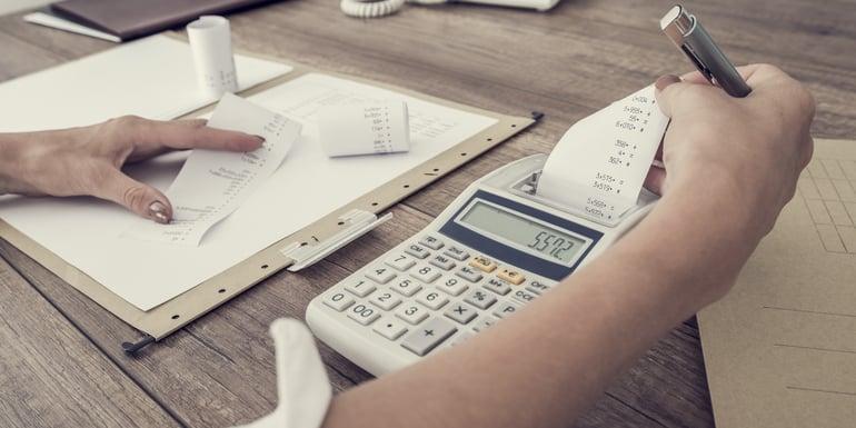 Patrón calculando impuestos generados por pago de nóminas