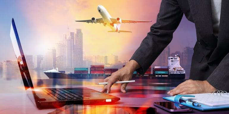 Estratega global coordinando exportaciones e importaciones