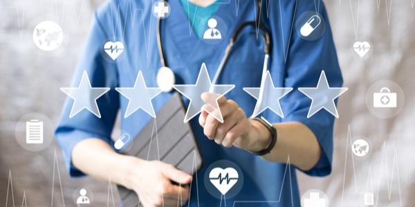médico revisando la calidad hospitalaria