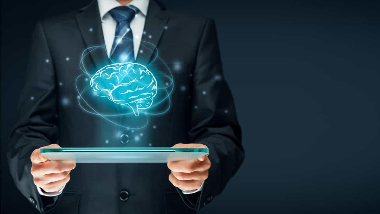 directivo con tablet y figura de un cerebro concepto de inteligencia artificial aplicada a los negocios