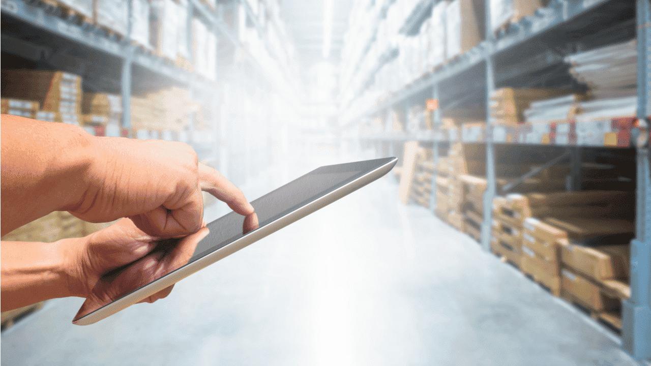directivo gestionando inventarios con una tablet