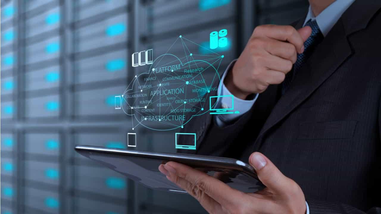 directivo manejando distintas tecnologias en su ipad