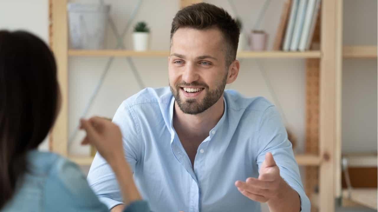 directivo sonriente escuchando y apoyando a mujer trabajadora