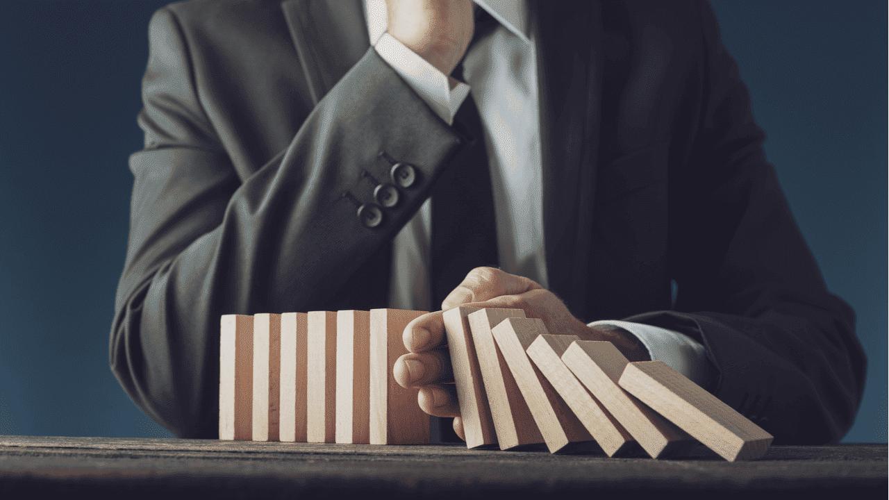 directivo tomando decisiones financieras en tiempos de crisis