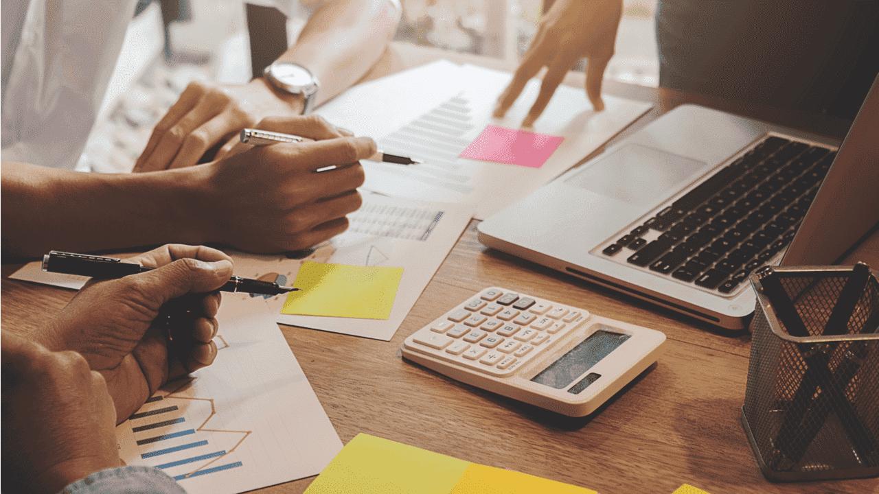 directivos calculando cuentas e inventarios