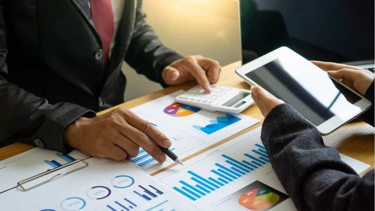 directivos revisando presupuestos y flujos de caja