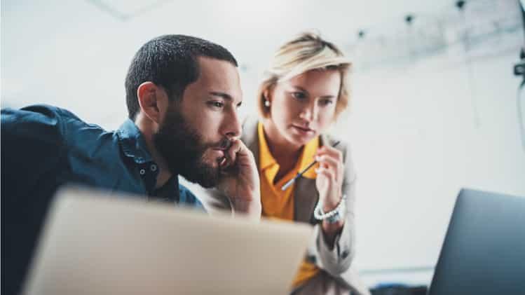 directivos trabajando frente a una computadora