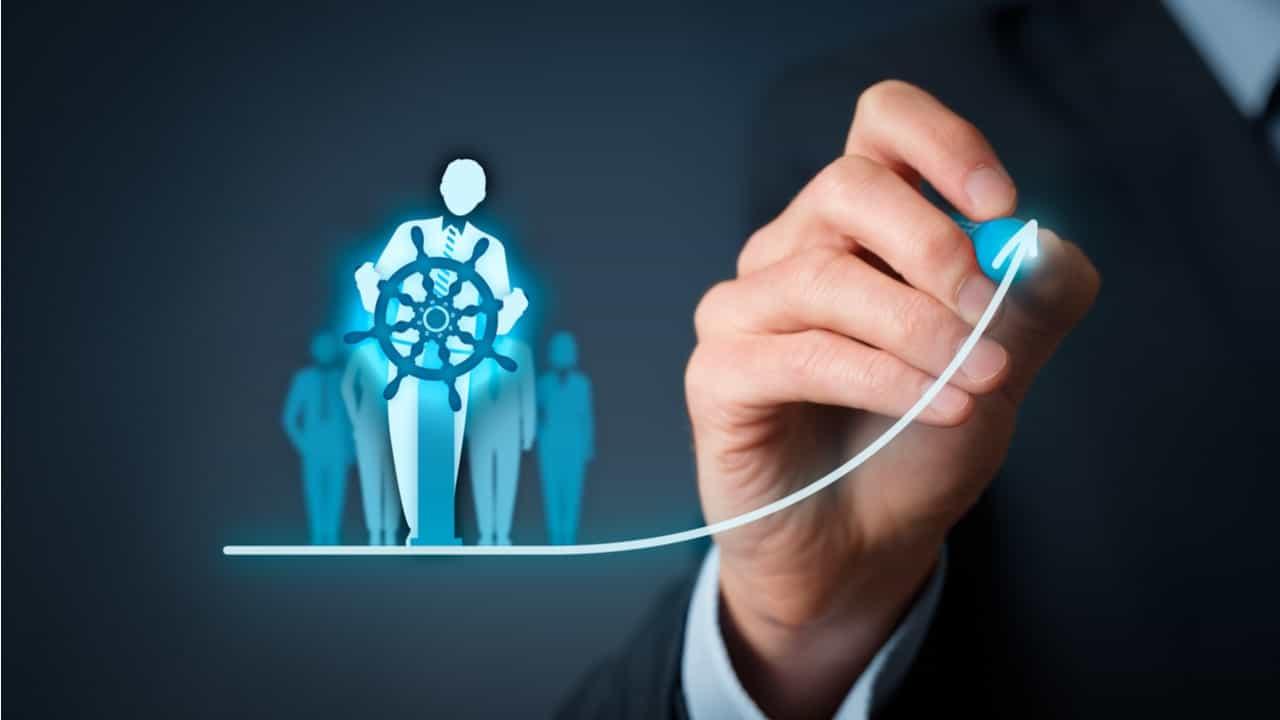 ejecutivo dibujando una persona remando un barco concepto de directivo dirigiendo una estrategia empresarial