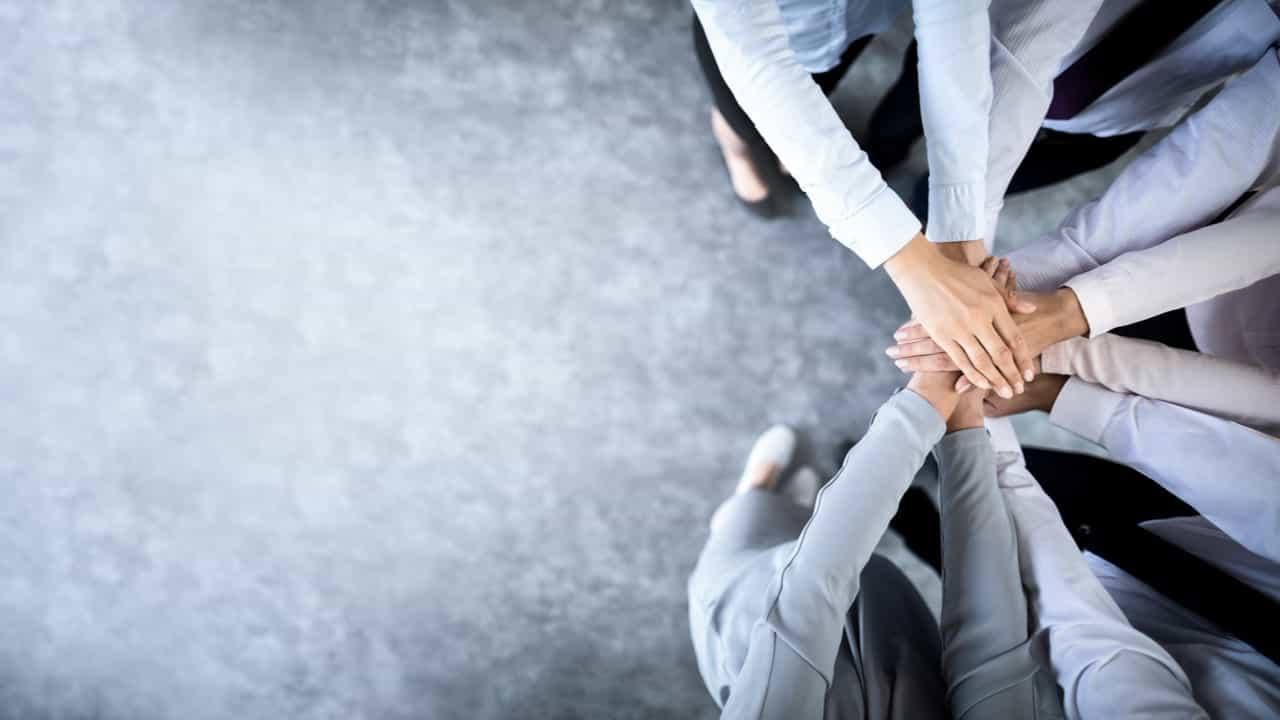 ejecutivos dandose la mano simbolo de una buena cultura organizacional