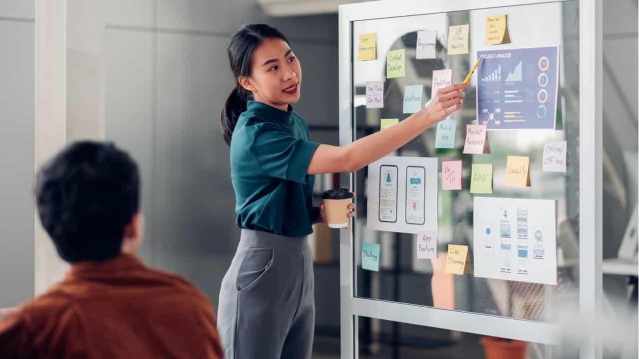 instructora enseñando una metodologia a un trabajador