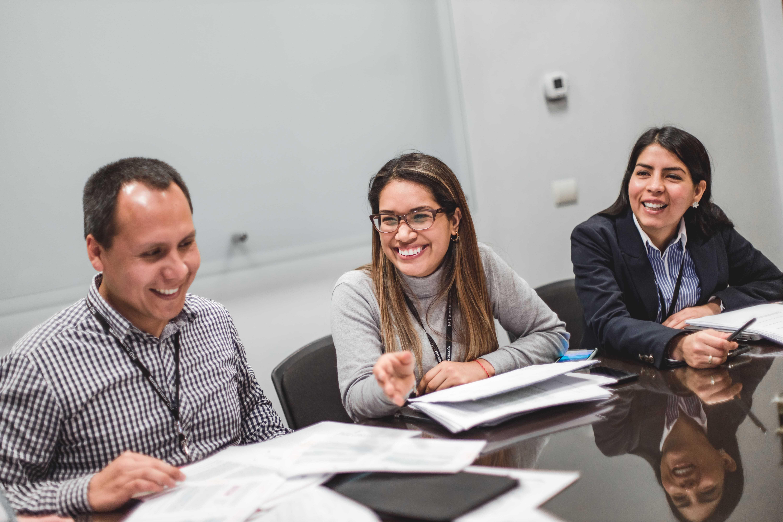 participantes de un mba sonriendo en aula de clases