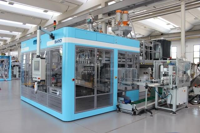 1 electric blow molding machine versus 5 hydraulic machines