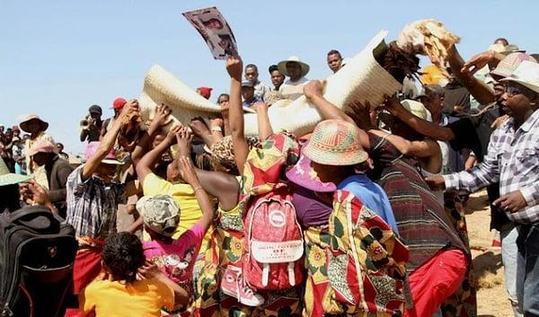 Totenkulte | Madagaskar: Famadihana, das Leichenwendfest