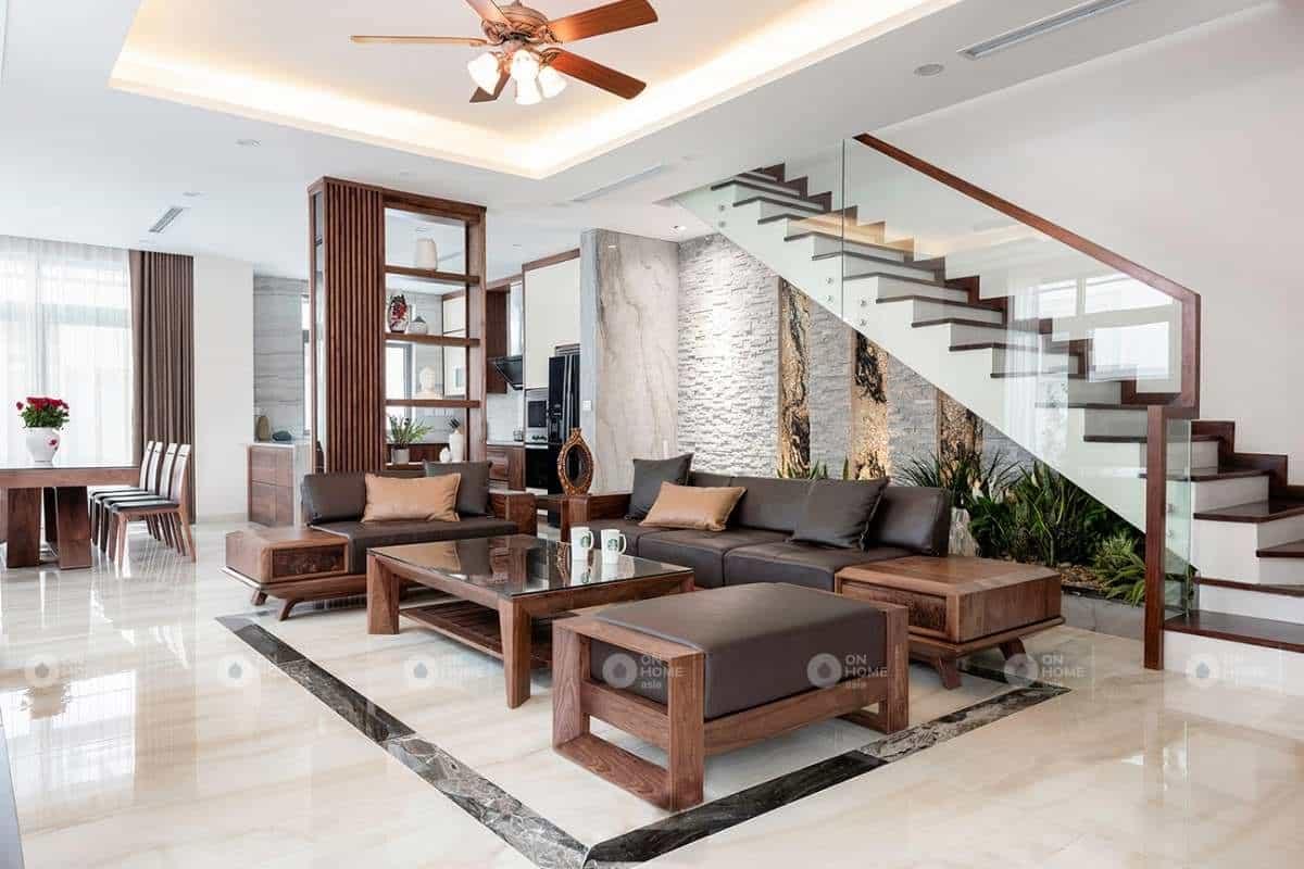 Bàn ghế gỗ được thiết kế với các hình khối đơn giản