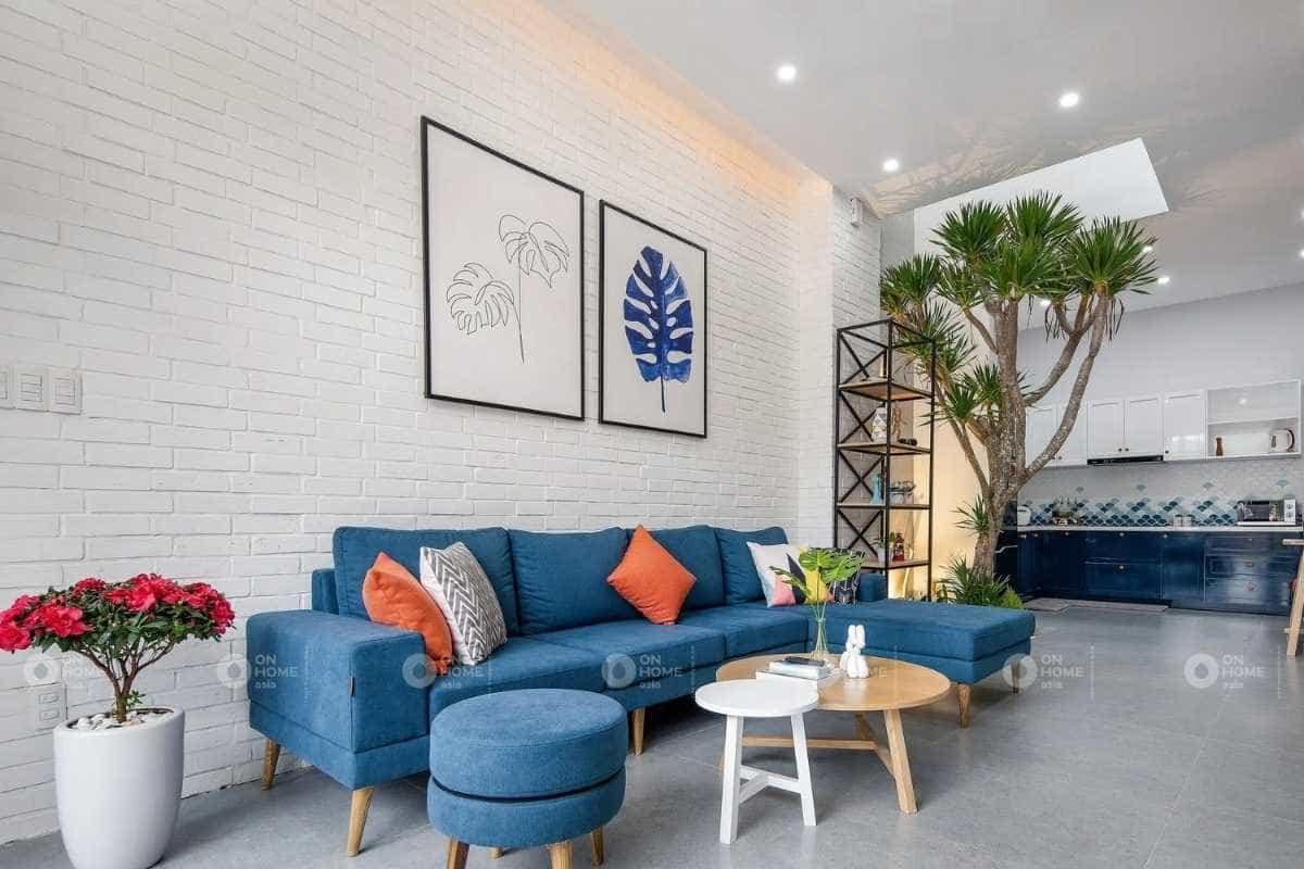 Không gian phòng khách và bếp được thiết kế nối liền
