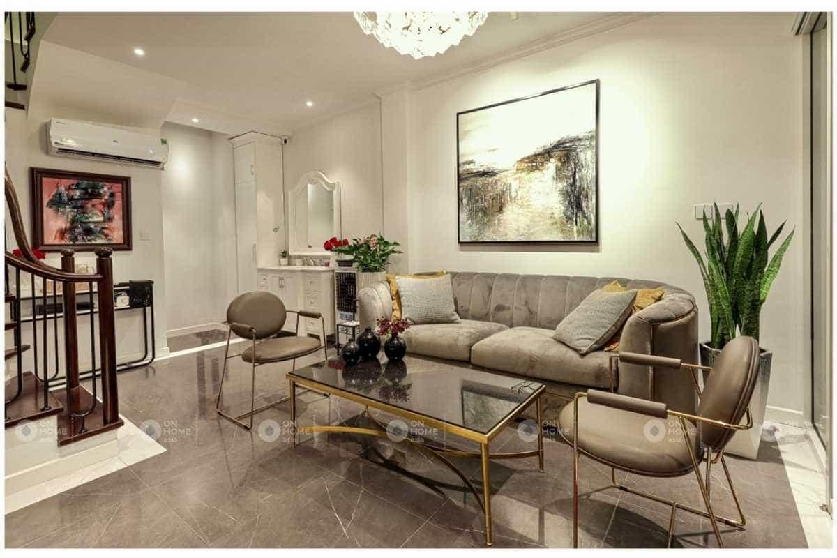 Không gian phòng khách được bố trí đầy đủ nội thất
