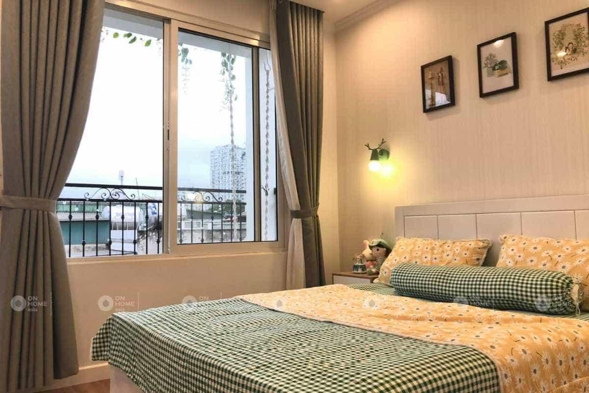 Nội thất phòng ngủ bé gái với gam màu xanh và vàng