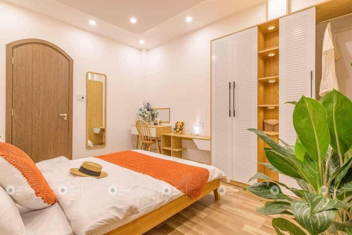 Sắc cam và hồng khiến phòng ngủ trở nên nổi bật