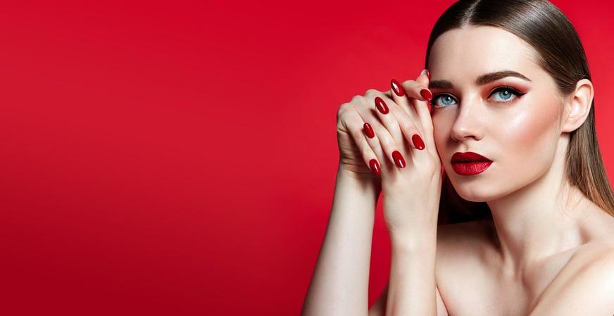 Guía para saber cómo llevar la tendencia del maquillaje monocromático en 2021