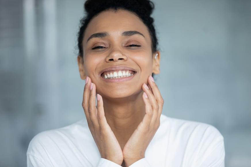 Cuida tu piel: bases de maquillaje que protegen de la luz azul