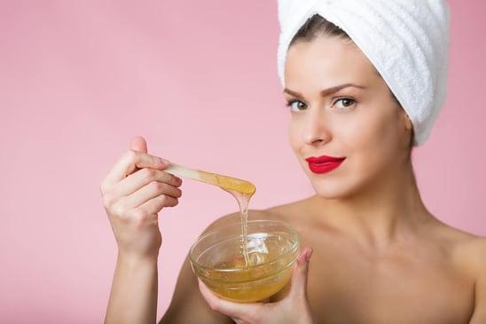 Tratamientos de belleza con miel para verano