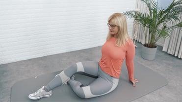Eine Frau macht Yoga gegen Rückenschmerzen