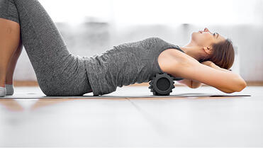 Eine Frau macht Übungen gegen Nackenschmerzen