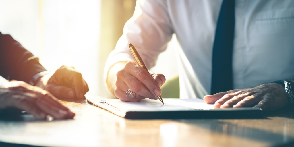 business-contract-signing-picture-id1206219776